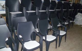 stapelstoel antraciet met wit kunstleren zitje