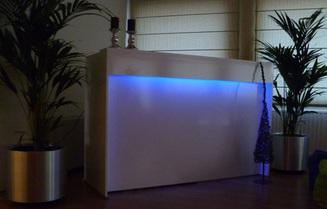 trendy lounge bar met indirecte verlichting